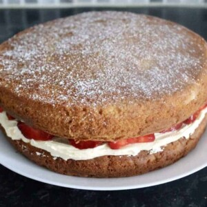 victoria sponge with fresh strawberries