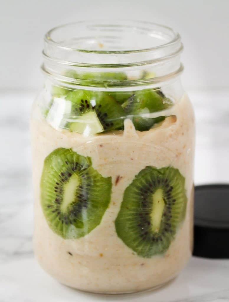 Easy-Vanilla-Kiwi-Smoothie for breakfast on the go in a mason jar