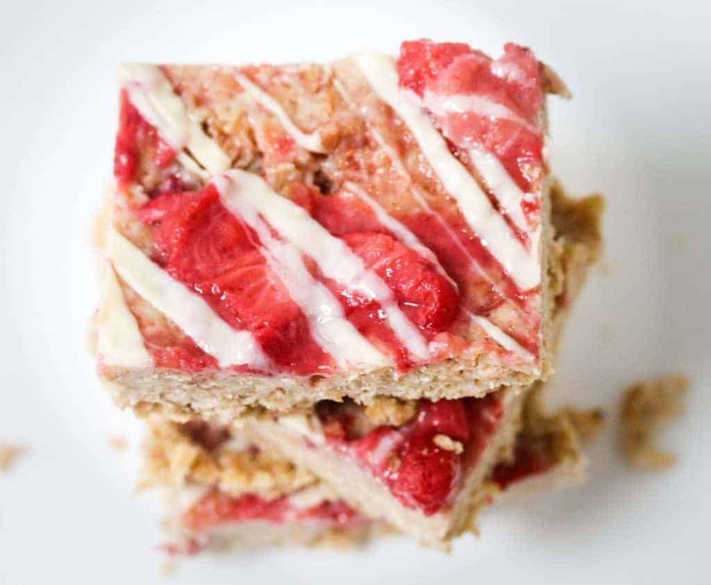 no-bake-strawberry-oats-breakfast-bar with fresh strawberries, protein-packed oats and a white drizzle