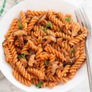 easy-creamy-tomato-mushroom-pasta (03)